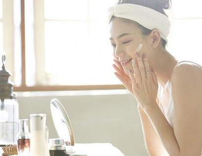 肌の赤みを改善させるため、しっかりと保湿する女性
