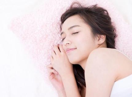 しっかりと睡眠を取る女性