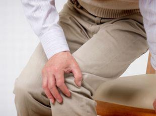 ひざの痛みに悩む男性