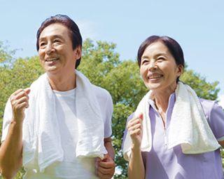血圧への効果によって生き生きと元気な男性と女性
