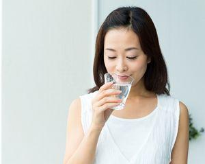 サプリメントを安心して飲む女性