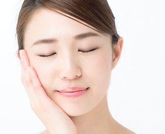 ルイボスティーの美肌効果を実感する女性
