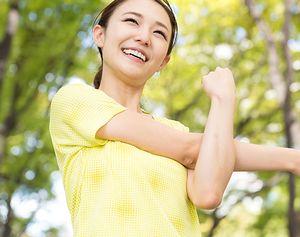 運動をして健康的な汗をかく女性