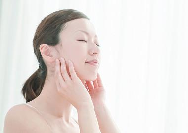 エタノールや鉱物油など無添加、低刺激処方を実感する女性