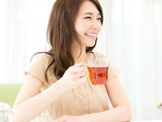 ルイボスティーをおいしそうに飲む女性