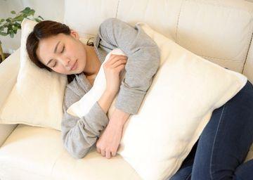 ソファに寝そべる女性