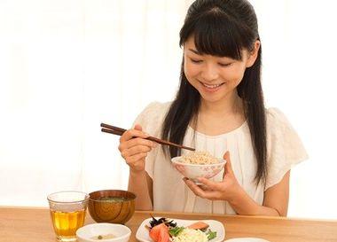 糖質を適量食べる女性