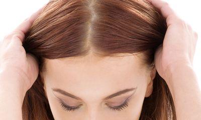 頭皮の色をチェックする女性