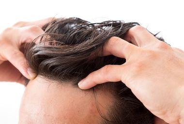 頭頂部の頭皮の硬さを確かめる方法