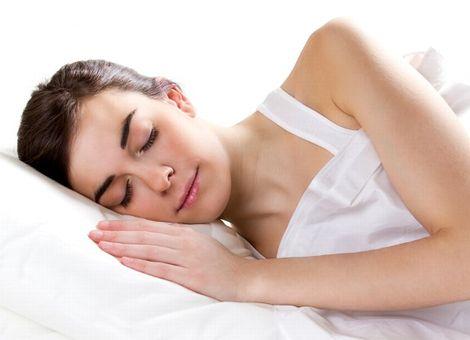 ぐっすりと睡眠をとる女性