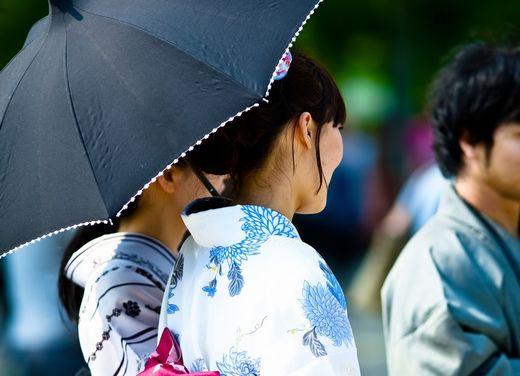 日傘を差す浴衣の女性