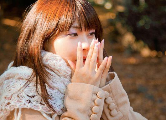 冬場に手を温める女性