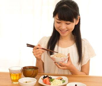 食事からアスタキサンチンを摂る女性