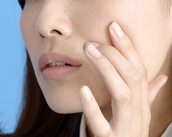 肌が不安定になり、肌荒れに悩む女性