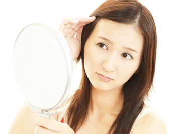 頭皮のトラブル、抜け毛に悩む様子