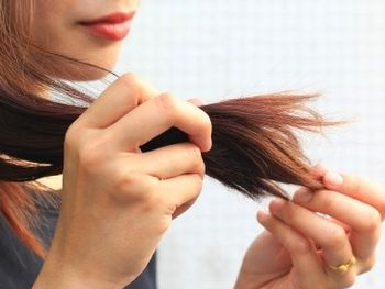 髪の乾燥、パサつきに悩む女性