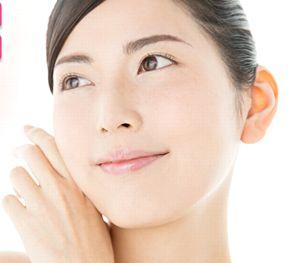 紫紺乃米フィット&カバーBBクリームで明るく均一で、美しい素肌の女性