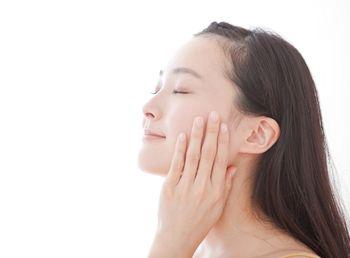 肌のターンオーバーが良くなり、ふっくらとした肌の女性