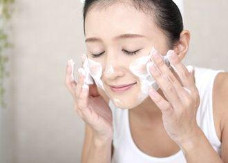 薬用VC泡フォーマーで洗顔する様子