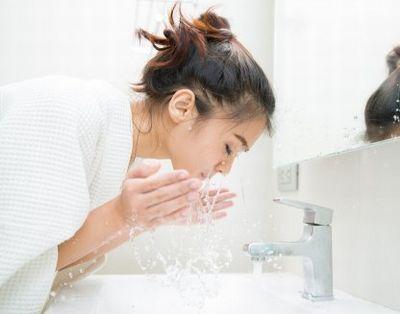 過剰に洗顔する女性