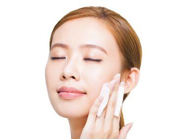 化粧水で肌を整える女性