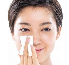 収れん化粧水を小鼻に付ける様子