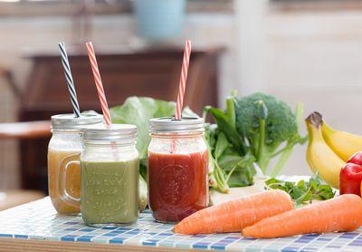 新鮮なスムージーや野菜ジュース