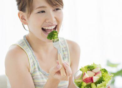 低カロリーな野菜を食べる女性