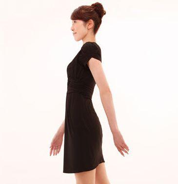 背筋を伸ばして歩く女性