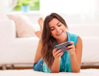 携帯ゲームを楽しむ女性