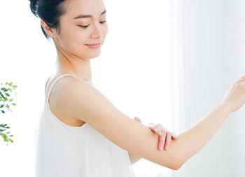 肌に優しい綿素材の服を着る女性
