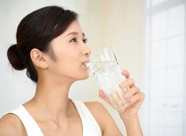 日焼け後に水分補給をする女性