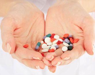 複数のサプリメントや医薬品を手に取る様子