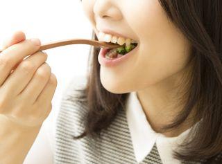 よく噛んで食べる女性