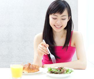 食べる順番ダイエットでサラダから食べる女性
