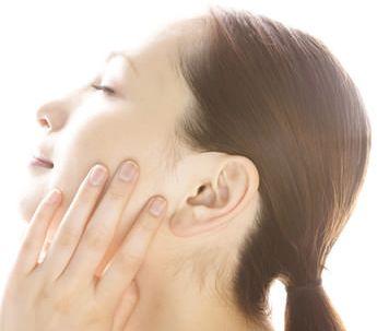 メラニンの生成を抑え、シミ、そばかすのない白い肌