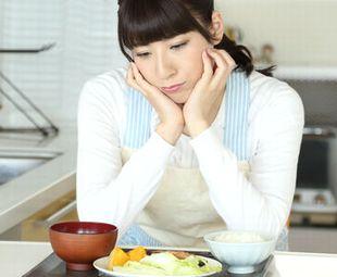 栄養不足、栄養の偏りを心配する女性