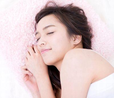 たっぷりと睡眠をとる女性