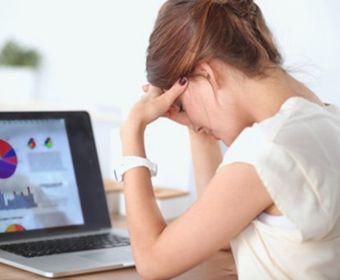 ストレスで疲れる女性