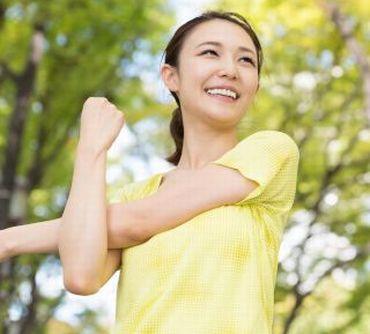 運動をして、代謝アップ、ハリのある肌の女性