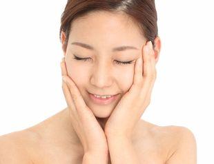肌に負担をかけない皮脂ケアの優しさを実感する女性