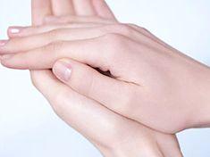 透輝美を手の手で温める様子