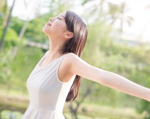 冷え性が改善され、健康的で生き生きとした女性