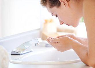 洗顔をしすぎる女性
