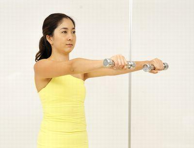 ダンベルを前方に持ち上げて二の腕を鍛える運動