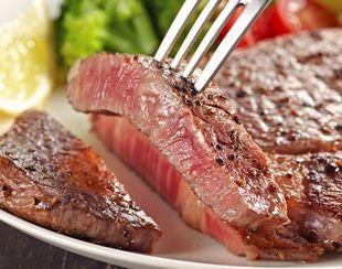 お肉を食べる様子