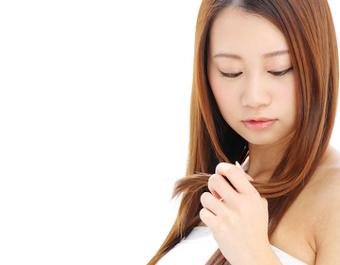産後の抜け毛や髪のトラブルに悩む女性