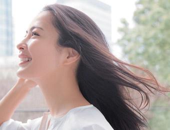 頭皮環境が整えられ、美しくしなやかな髪の女性