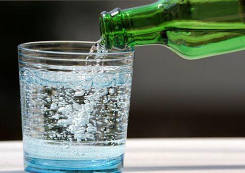 炭酸水をグラスに注ぐ様子