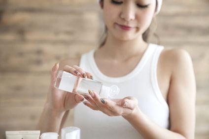 化粧水でスキンケアをする女性